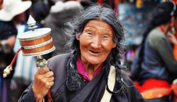 barkhor-market-old-woman_P_Kholkute.png